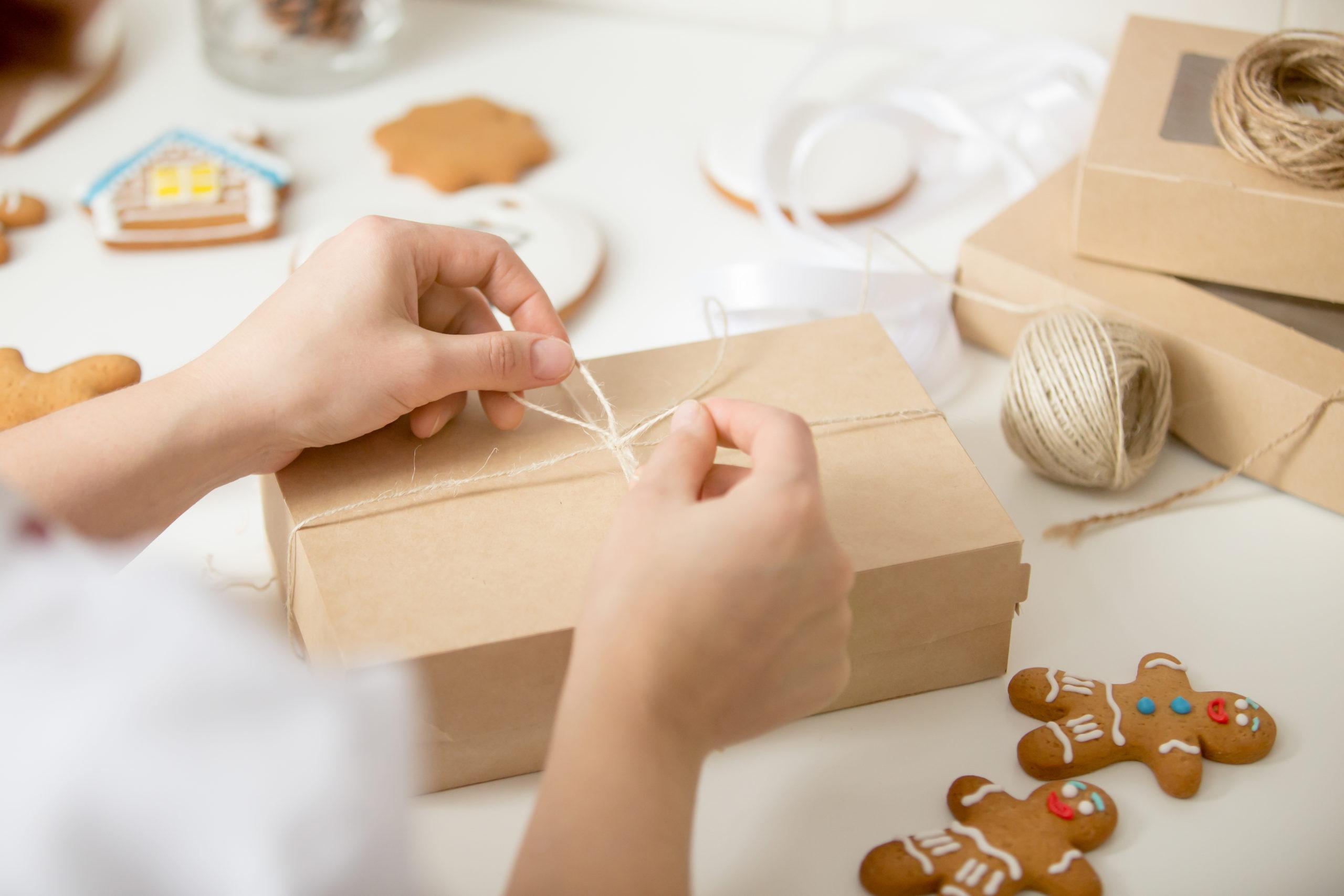 Femme réalisant un emballage pour restauration rapide