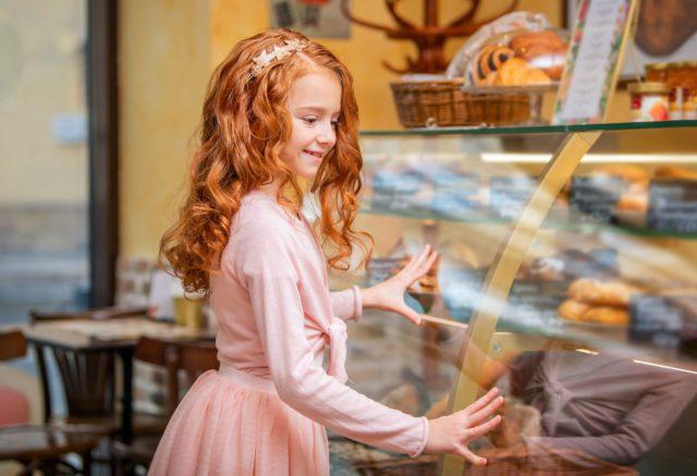 Fille achetant des snacks en boulangerie