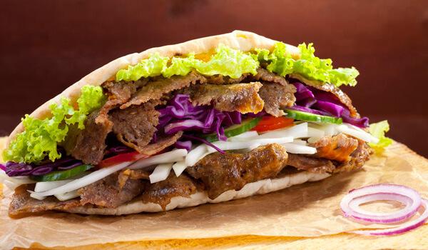 Un snackeur proposant du Kebab