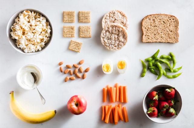 Idée de snack healthy: pain céréales, fruits, légumes, lait, etc.