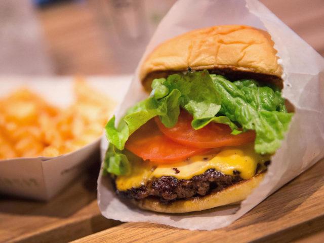 Burger et frites dans un emballage alimentaire contenant des PFAS