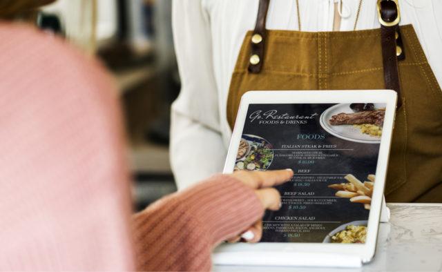 digitalisation de la restauration: un menu digital affiché sur l'écran d'une tablette dans un restaurant