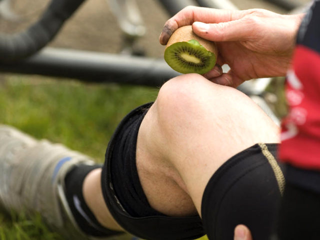 Un sportif en repos en train de consommer du kiwi
