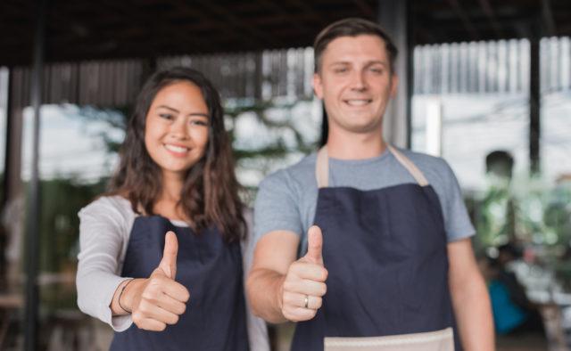 Deux jeunes restaurateurs qui sourient
